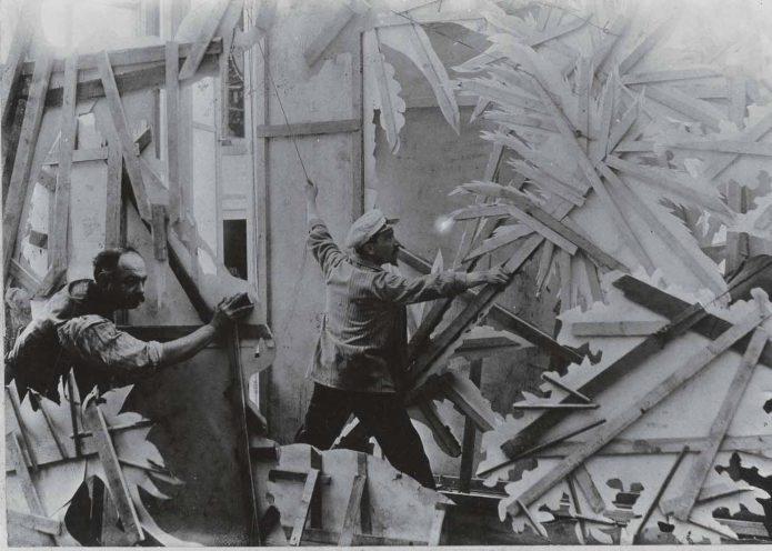 В студии Жоржа Мельеса располагают декорации