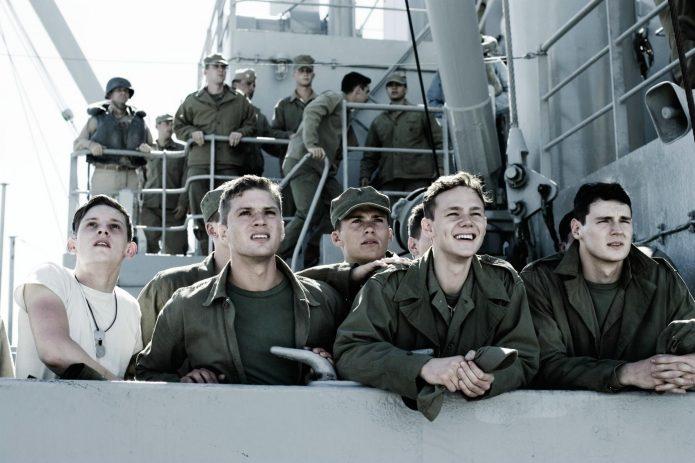 Скотт Иствуд и группа актёров на съёмках фильма «Флаги наших отцов»