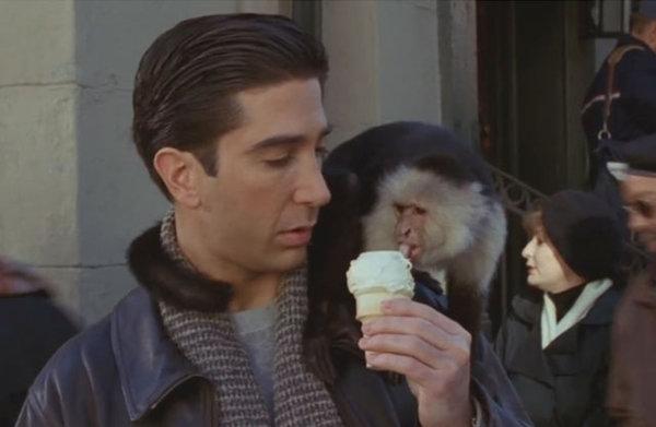 Росс с мороженым и обезьянкой