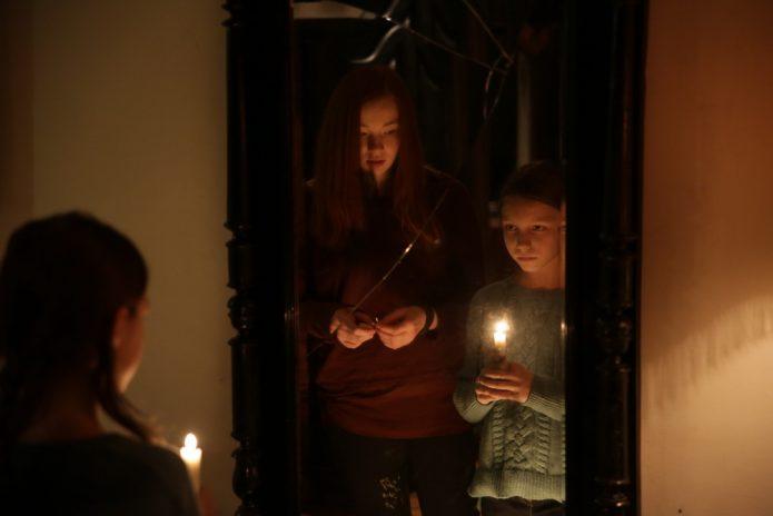 Девочки перед зеркалом из фильма «Пиковая дама: Зазеркалье» 2019 года