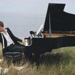 Паттинсон за роялем