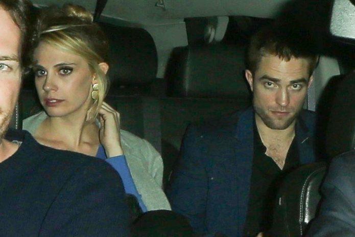Паттинсон в машине с девушкий