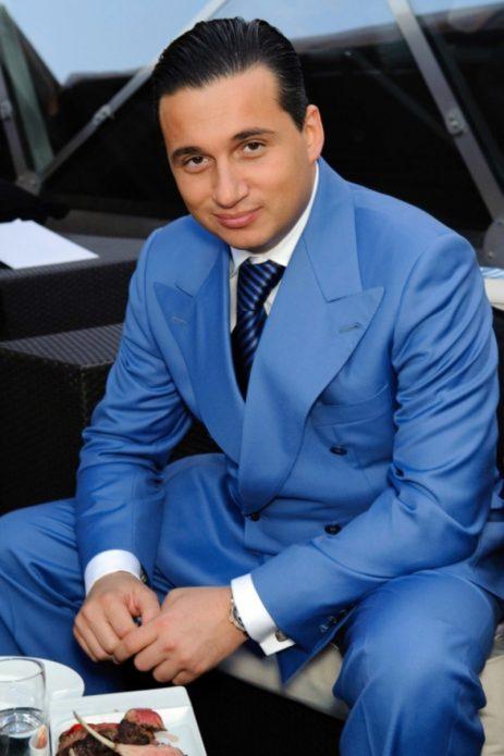 Ян Абрамов в голубом костюме