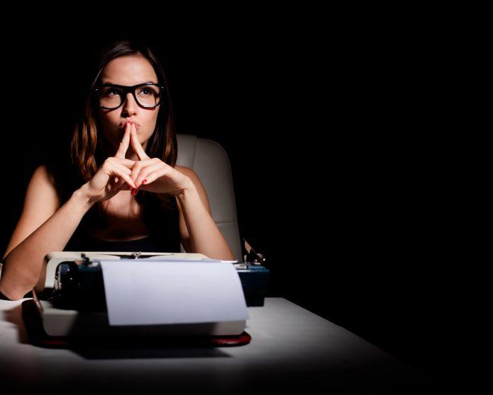 Девушка за пишущей машинкой