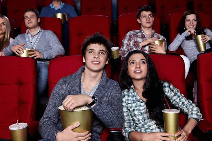 Парень с девушкой в кинотеатре