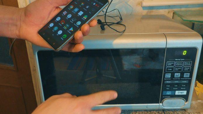 Телефон и микроволновая печь
