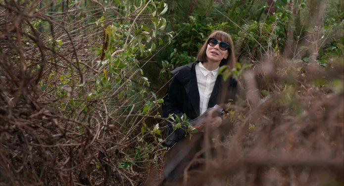 Кейт Бланшетт среди кустов