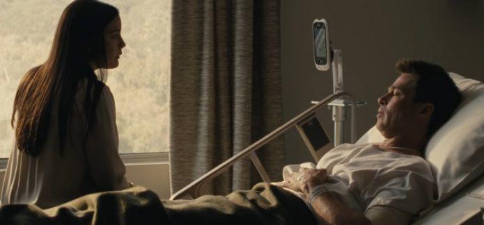 Брэд Питт лежит на кровати в фильме «К звёздам»