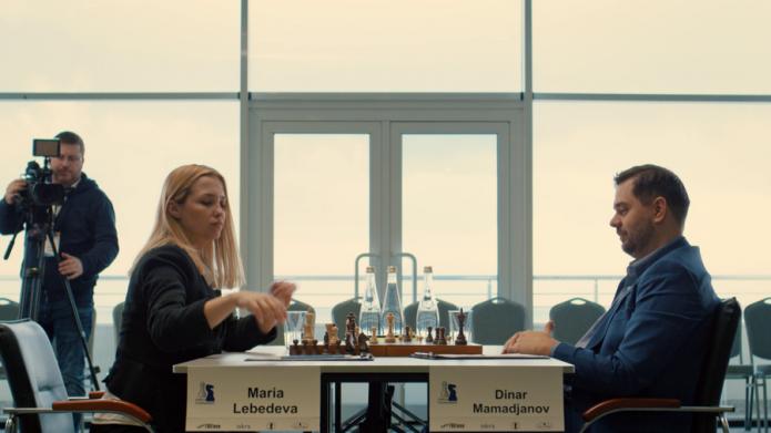 Сцена из сериала «Ловушка для королевы», где двое играют в шахматы