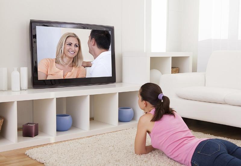 Женщина смотрит кино